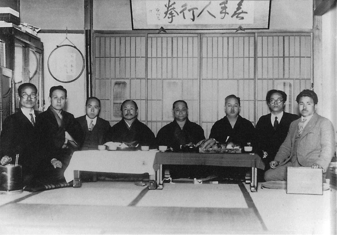 Zľava: Toyama, Ohtsuka, Shimoda, Funakoshi, Motobu, Mabuni, Nakasone, Taira